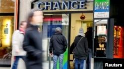 شماری از متقاضیان تعویض پول در بیرون یک صرافی در ژنو سوئیس