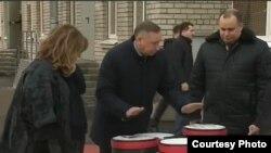 Александр Беглов играет на барабанах