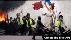 """Париж, январь 2019. Граффити воспроизводит известную картину Эжена Делакруа """"Свобода, ведущая народ"""""""