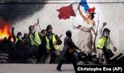 دیوارنگارهای در پاریس که نقاشی مشهور «آزادی هدایتگر مردم» را با جنبش جلیقه زردها پیوند زده است