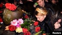 Юлия Тимошенко возлагает цветы на место убийства участника акций протеста