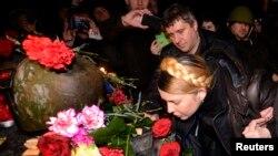 Юлия Тимошенко на месте гибели активистов Майдана в Киеве после освобождения из колонии