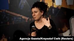 الگا توکارچوک در نشستی مطبوعاتی در ورشو، پس از اعلام تعلق گرفتن جایزه نوبل ادبیات ۲۰۱۸ به او