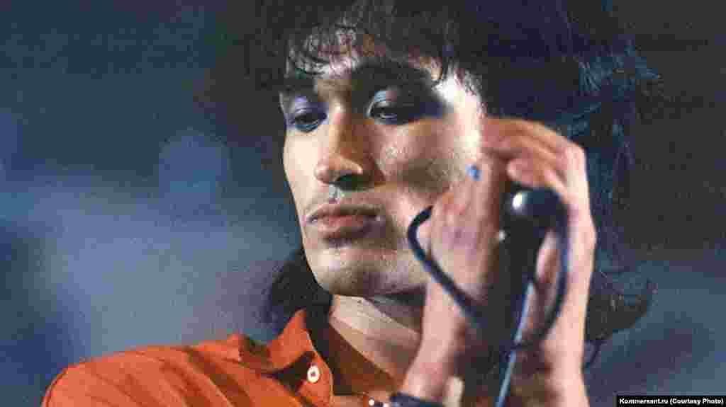 Viktor Tsoi was born in Leningrad in June 1962. His family heritage was Korean. He was kicked out of a Soviet art academy at the age of 15. Two years later, in 1979, he began writing songs.
