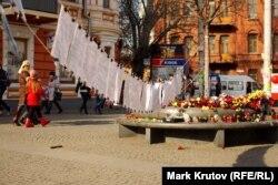 Листы с фамилиями погибших в Киеве