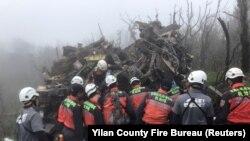 Ekipet e shpëtimit në vendin ku ndodhi aksidenti në Tajvan.