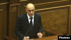 Արայիկ Թունյանը ելույթ է ունենում Ազգային ժողովում, Երևան, 9-ը հունիսի, 2014թ․