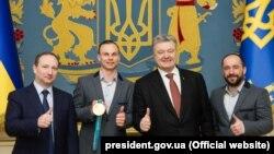Енвер Аблаєв та Олександр Абраменко отримали з рук Петра Порошенка орден «За заслуги» ІІІ ступеня