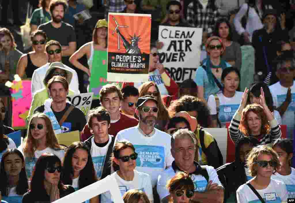 رهبران جهان در پاریس تلاش خواهند کرد تا به نخستین توافق بینالمللی برای کاهش حرارت زمین دست پیدا کنند. چنانچه این توافق به دست آید، باز هم راه درازی برای عملی کردن آن در پیش است. معترضان میگویند، رهبران جهان به دلیل مسائل اقتصادی و سیاسی، آینده نه چندان دور را نادیده گرفته و چالشهای بسیار جدی پیش رو را به روی خود نمیآورند. (در تصویر: راهپیمایان در لسآنجلس)