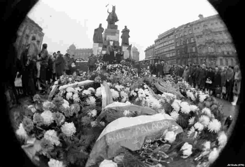 22 січня 1969 року люди приносять квіти та запалюють свічки біля пам'ятника святому Вацлаву на Вацлавській площі в Празі в памсять про померлого від опіків після акту самоспалення Яна Палаха