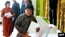 Монголиянын президенти Цахиагийн Элбэгдорж добуш берүү учурунда.