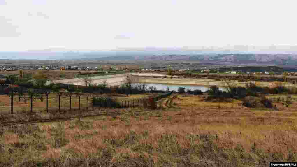 Аянское водохранилище естественного стока находится в южной части Симферопольского района. В настоящее время оно заполнено менее, чем на треть при объеме в 3,9 млн кубических метров.С высоты видны его обмелевшие берега