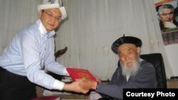 Жусуп Мамай менен Үрүмчүдөгү баш консул Азат Эркебаев. 2011.