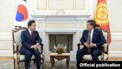 Кыргызстандын президенти Сооронбай Жээнбеков Түштүк Кореянын премьер-министри ЛиНак Ён.