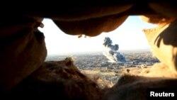 ائتلافی به رهبری ایالات متحده حملاتی هوایی را علیه این گروه در عراق و سوریه انجام میدهد (در تصویر: سنجار عراق)