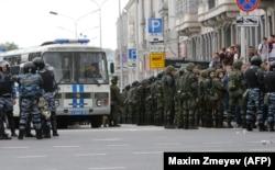 Службовці російської Національної гвардії збираються на місці проведення акції протесту в центрі Москви, 12 червня 2017 року