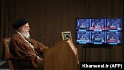 Ali Khamenei çıxış edir