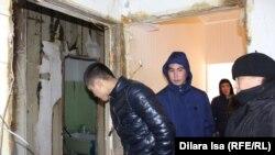 У разрушенной взрывом бытового газа квартиры в жилом многоэтажном доме. Шымкент, 8 февраля 2017 года.
