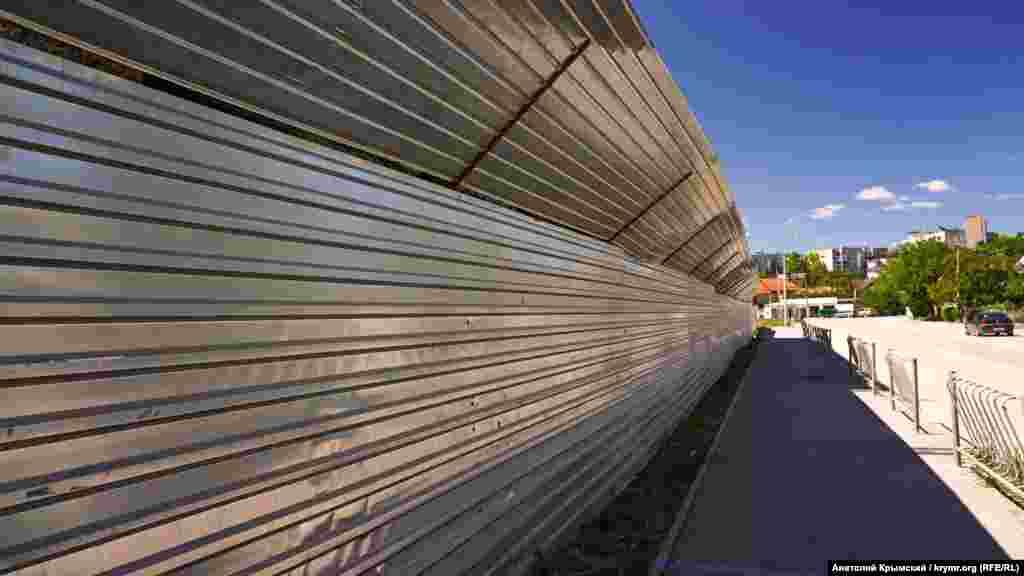 З боку вулиці Гурзуфська теж поставили металопрофіль, хоча минулого року будівельники звели суцільний кам'яний паркан. Підконтрольна Кремлю влада Криму змусила інвестора його знести