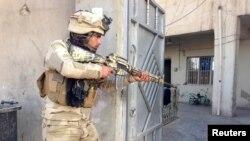 جندي عراقي خلال اشتباك مع مسلحي داعش في الرمادي
