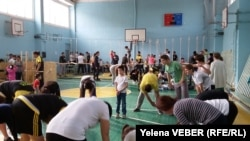 Урок по инклюзивному спорту, организованный для детей-аутистов, их родителей и здоровых детей в рамках проекта «Аутизм победим». Караганда, 29 октября 2016 года. Иллюстративное фото.