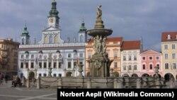 Фонтан и ратуша в чешском городе Ческе-Будеёвице.