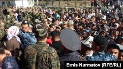 Ош қаласындағы сайлау учаскесіне парламент сайлауына дауыс беруге келген азаматтар. Қырғызстан, 4 қазан 2015 жыл.