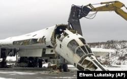 Розрізаний стратегічний бомбардувальник Ту-160 на військовому аеродромі біля міста Прилуки Чернігівської області, 2 лютого 2001 року