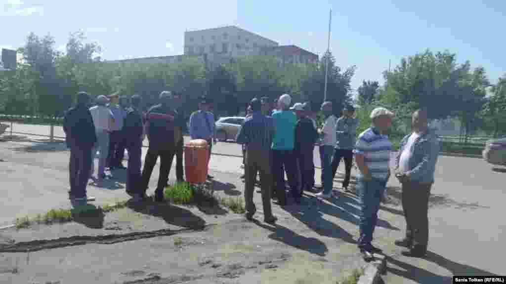 Атырауда орталық алаң маңына келген адамдарды полиция тоқтатып тұр.