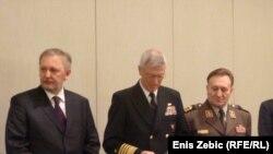 Hrvatski ministar obrane Davor Božinović, američki admiral S. J. Locklear i načelnik GS OS Hrvatske general Drago Lovrić na konferenciji u Zagrebu, 22. novembar 2011.
