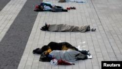 گروهی از معترضان همچنان به تحصنها و اعتراضهای نشسته خود در مناطق مرکزی شهر ادامه دادهاند