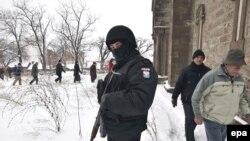 EULEX stražari dok Srbi dolaze na službu za pravoslavni Božić u crkvu Svetog Save u Mitrovici, 07. januar 2009.