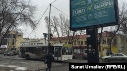 Предвыборный билборд на улице города. Уральск, 1 марта 2016 года.