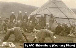 Бука тартыш. 1910-жыл. Ак-кара түстүү открытка. А.К.Штрембергдин фотосу