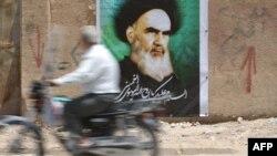 په عراق کې د ایراني مذهبي آیت الله خمیني تصویر پر یوه دیوال ټومبل شوی دی