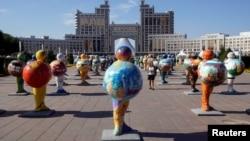 Фигуры, символизирующие страны-участницы «Астана Экспо 2017», в столице Карахстана