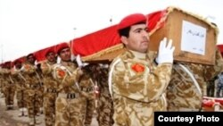 جنود عراقيون يحملون رفات 38 جندياً قضوا في ايران