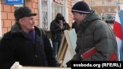Валер Сьляпухін (справа) гутарыць з выбарцам