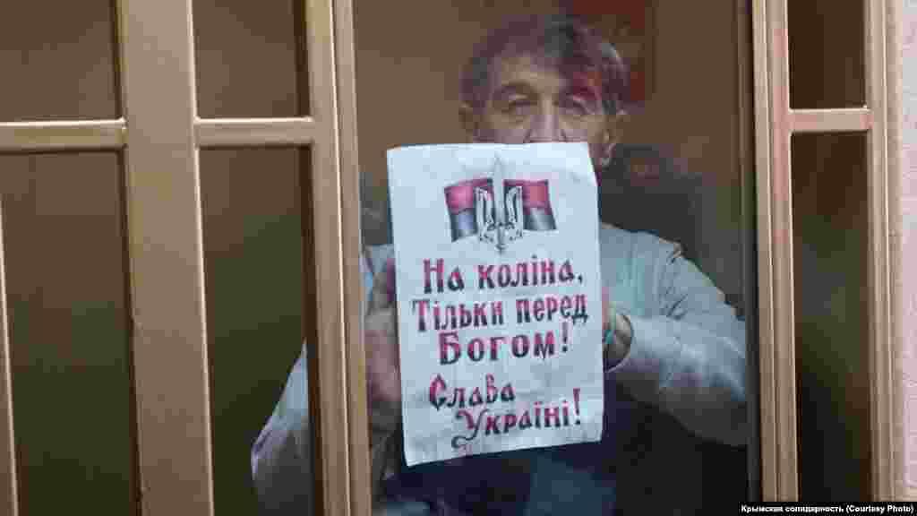 Крымчанин Олег Приходько показывает один из своих рисунков на суде