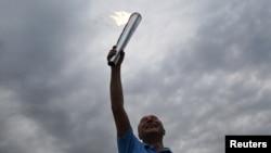 Прэзыдэнт Румыні Траян Басэску трымае невялікую паходню на мітынгу ў сваю падтрымку 26 ліпеня 2012 г.