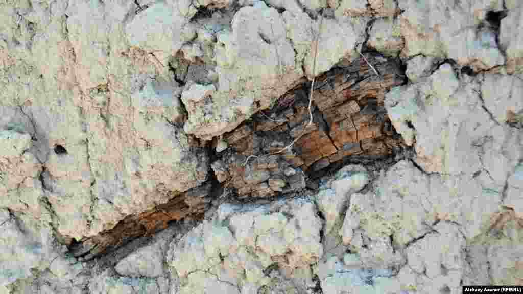 Орта ғасырдан бері сақталып қалған ағаш қалдықтары.