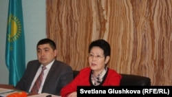 Директор департамента законодательства министерства юстиции Дархан Игембаев и заместитель министра юстиции Казахстана Зауреш Баймолдина. Астана, 28 марта 2017 года.