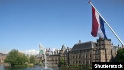 У здания парламента Нидерландов.