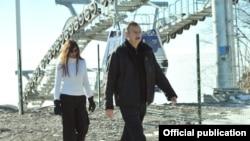 Arxiv fotosu: Prezident İlham Əliyev xanımı ilə Qəbələ istirahət mərkəzində. 3 yanvar 2013
