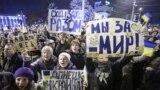 Учасники тримають плакати та вигукують гасла на проукраїнському мітингу в Донецьку, 5 березня 2014 року