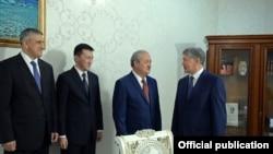 Suratda (o'ngdan chapga): O'zbekiston tashqi ishlar vaziri Abdulaziz Komilov va Qirg'iziston prezidenti Almazbek Atambaev.