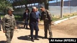 Аким Актюбинской области Бердибек Сапарбаев здоровается с военнослужащими воинской части № 6655, на которую было совершено нападение 5 июня. Актобе, 9 июня 2016 года.