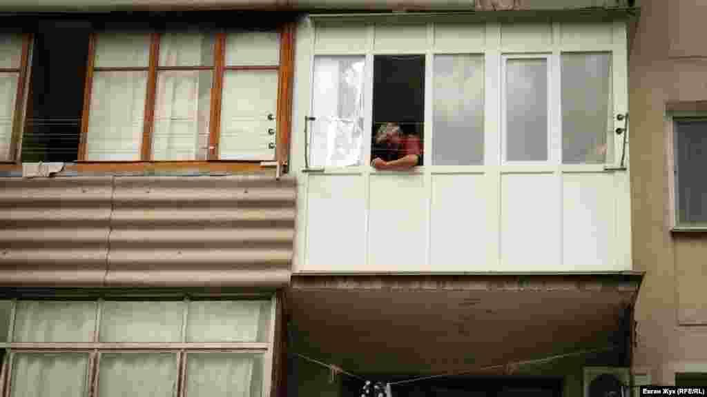 Чоловік ремонтує балкон. Мабуть, на карантині з'явився вільний час