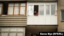 Мужчина на балконе в Севастополе во время карантина, 15 мая 2020 года