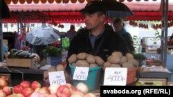 Прадавец бульбы на «Цэнтральным» гарадзенскім рынку